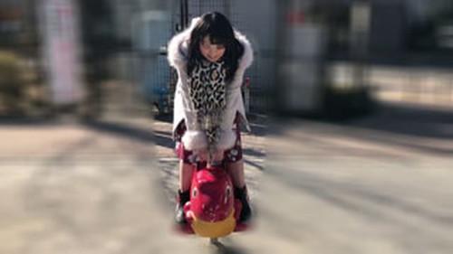 【オボワz☆ 投稿作品】日曜の昼下がり子供の遊ぶ中で、元気の良い女の子は、人目を気にせずジャングルジムで恥部をあらわに